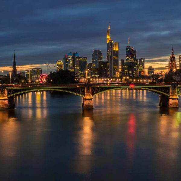Langzeitbelichtung Skyline Frankfurt Blaue Stunde